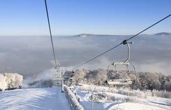 Sillas de la elevación de esquí y paisaje del invierno Fotografía de archivo libre de regalías