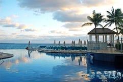 Sillas de la piscina, palmas verdes y gazebo 2 Fotografía de archivo libre de regalías