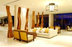 Sillas de la relajación en el pasillo del hotel de lujo imagen de archivo libre de regalías