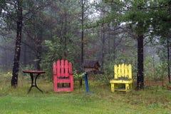 Sillas de madera al aire libre viejas Fotos de archivo