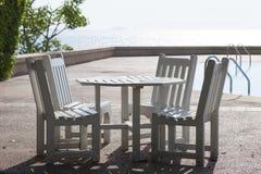 Sillas de madera blancas y tabla blanca Fotografía de archivo libre de regalías