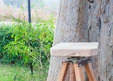 Sillas de madera en el jardín Fotos de archivo