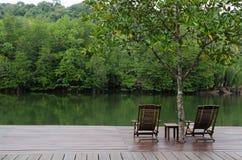 Sillas de madera en la terraza de madera fotos de archivo libres de regalías