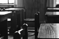 Sillas de madera en una sala de clase vieja Fotos de archivo libres de regalías