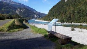 Sillas de madera a lo largo del río Rhine en los melios Suiza foto de archivo libre de regalías
