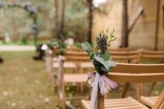 Sillas de madera para las huéspedes en una ceremonia de boda Fotos de archivo libres de regalías