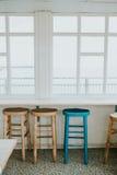 Sillas de madera por la ventana Imagenes de archivo