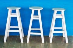 Sillas de madera redondas, blancas Fotografía de archivo libre de regalías
