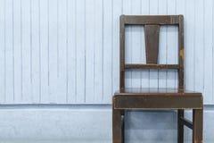 Sillas de madera viejas en la pared de madera azul Imagen de archivo