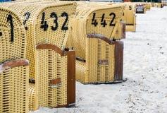 Sillas de mimbre de la playa europea Imagen de archivo