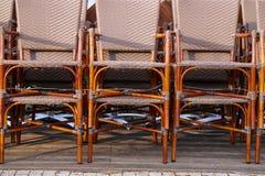 Sillas de mimbre en la terraza Fotos de archivo