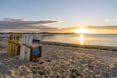 Sillas de mimbre de la playa europea Fotos de archivo