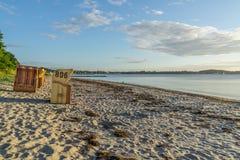 Sillas de mimbre de la playa europea Imágenes de archivo libres de regalías