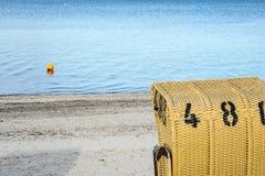 Sillas de mimbre de la playa europea Imagenes de archivo