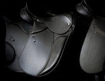 Sillas de montar en mercado Imagenes de archivo
