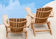 Sillas de Muskoka por la piscina Imagen de archivo libre de regalías