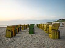 Sillas de playa abandonadas Fotos de archivo libres de regalías
