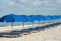 Sillas de playa azules Fotos de archivo libres de regalías