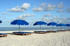 Sillas de playa azules imágenes de archivo libres de regalías