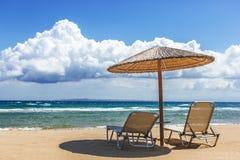 Sillas de playa bajo un toldo Zakynthos Grecia Fotos de archivo libres de regalías