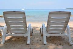 Sillas de playa blancas Imagen de archivo