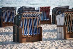 Sillas de playa blancas y azules en la arena Fotografía de archivo libre de regalías