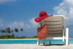 Sillas de playa con el sombrero en la playa arenosa blanca Fotos de archivo libres de regalías