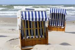Sillas de playa con los pequeños tejados Fotografía de archivo
