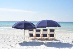 Sillas de playa con una visión Imagen de archivo libre de regalías