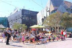 Sillas de playa de las familias, cuadrado de la federación, Melbourne foto de archivo libre de regalías