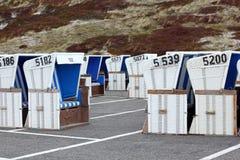 Sillas de playa de mimbre antes del comienzo de la estación Foto de archivo libre de regalías