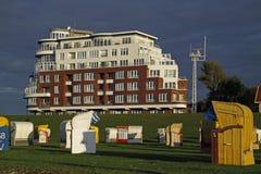 Sillas de playa delante de las terrazas de la orilla del lago Fotografía de archivo