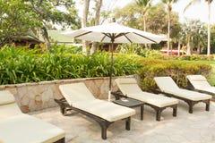 Sillas de playa en hotel Foto de archivo