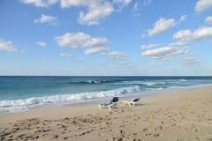 Sillas de playa en la playa Imagen de archivo