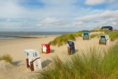 Sillas de playa en la isla de Borkum Imagenes de archivo