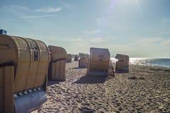 Sillas de playa en la playa en la luz del sol Imagen de archivo libre de regalías