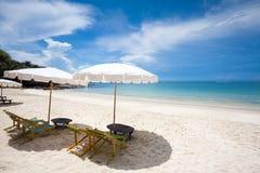 Sillas de playa en la playa blanca de la arena Fotos de archivo libres de regalías