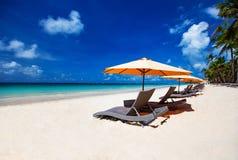 Sillas de playa en la playa blanca de la arena Fotografía de archivo libre de regalías