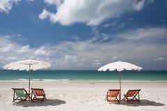 Sillas de playa en la playa blanca de la arena imagen de archivo libre de regalías