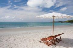 Sillas de playa en la playa blanca de la arena imagenes de archivo