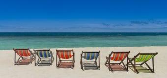Sillas de playa en la playa con el mar agradable y el cielo azul Foto de archivo libre de regalías