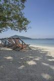 Sillas de playa en la playa en Tailandia Foto de archivo
