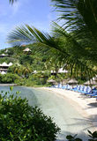 Sillas de playa en un centro turístico Imagenes de archivo