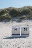 Sillas de playa encapuchadas Imágenes de archivo libres de regalías