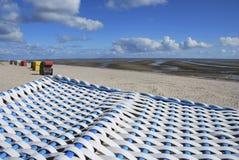 Sillas de playa encapuchadas - islas del Frisian Foto de archivo