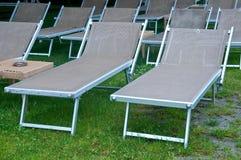 Sillas de playa hermosas con el paraguas y la pequeña tabla Foto de archivo