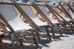 Sillas de playa hermosas en la playa Imagen de archivo libre de regalías
