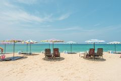 Sillas de playa, paraguas en la playa Foto de archivo libre de regalías