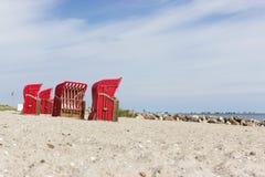 Sillas de playa por el mar Imagen de archivo libre de regalías