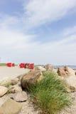 Sillas de playa por el mar Foto de archivo libre de regalías
